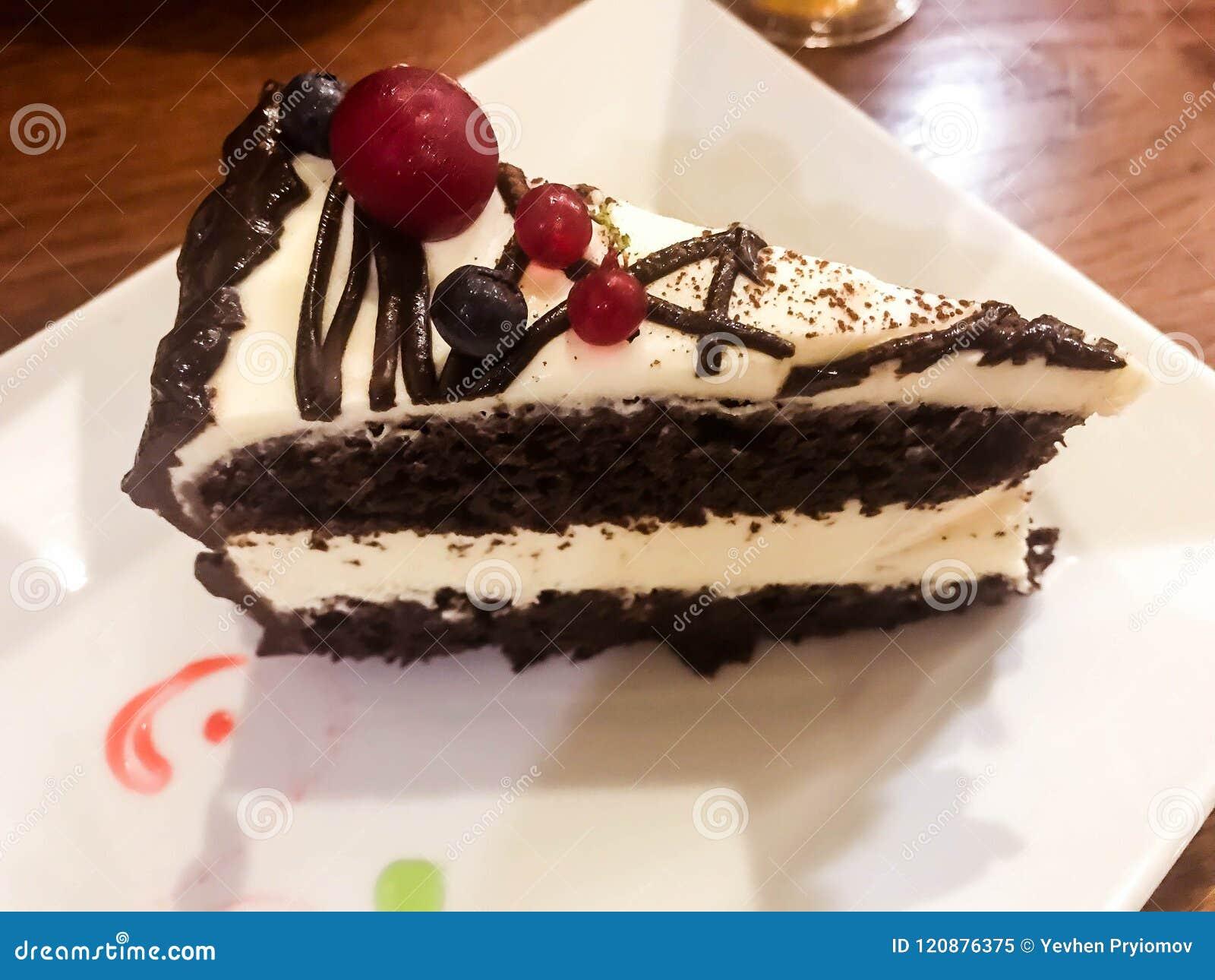 Большая часть очень вкусного торта сливк шоколада с полениками