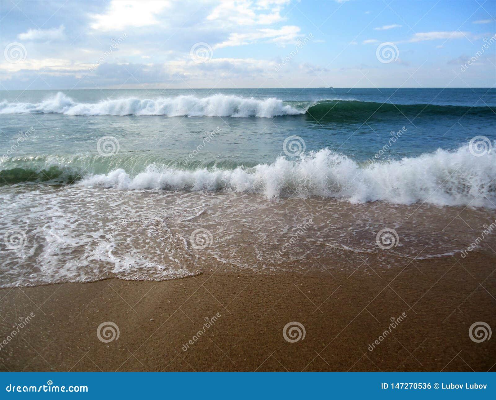 Большие белые волны и голубое красивое море
