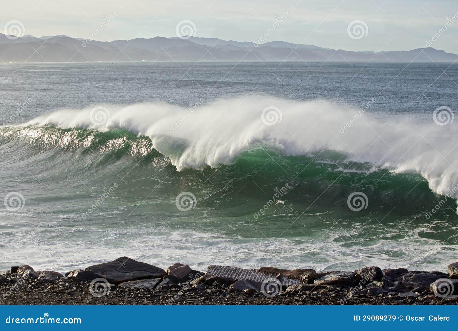 Большие волны на баскском свободном полете страны