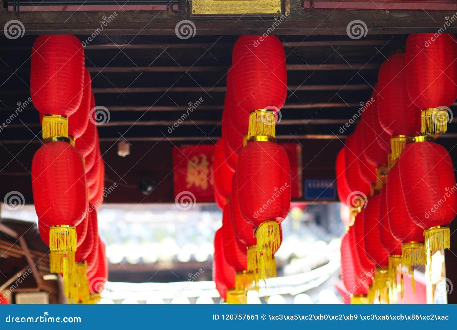 Большие красные фонарики висят высоко