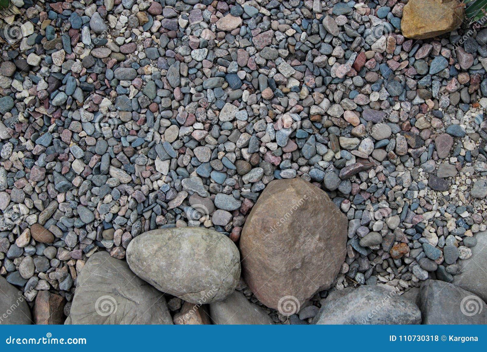 Большие круглые камни и малые камешки различных формы и цвета