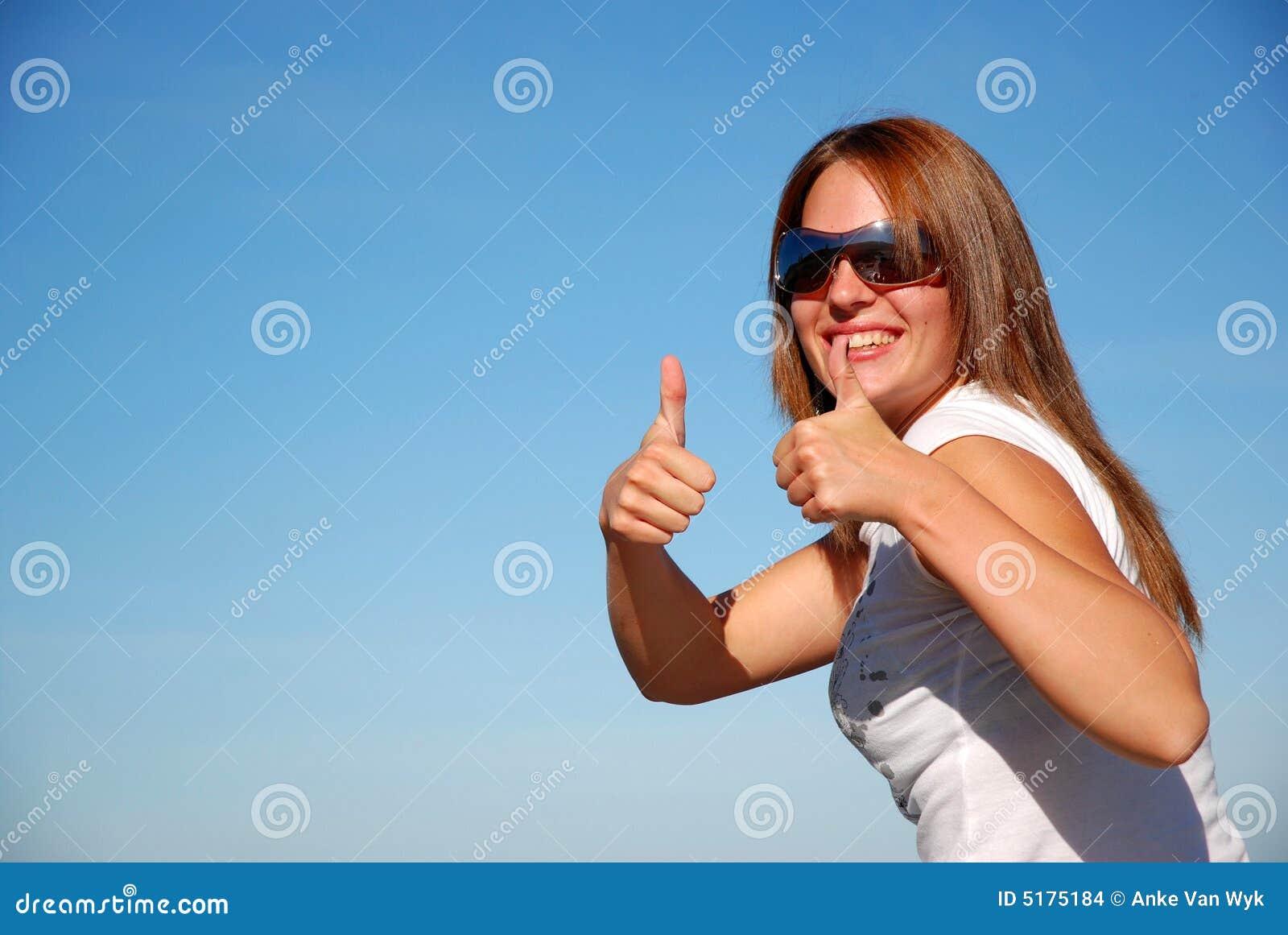 большие пальцы руки поднимают женщину