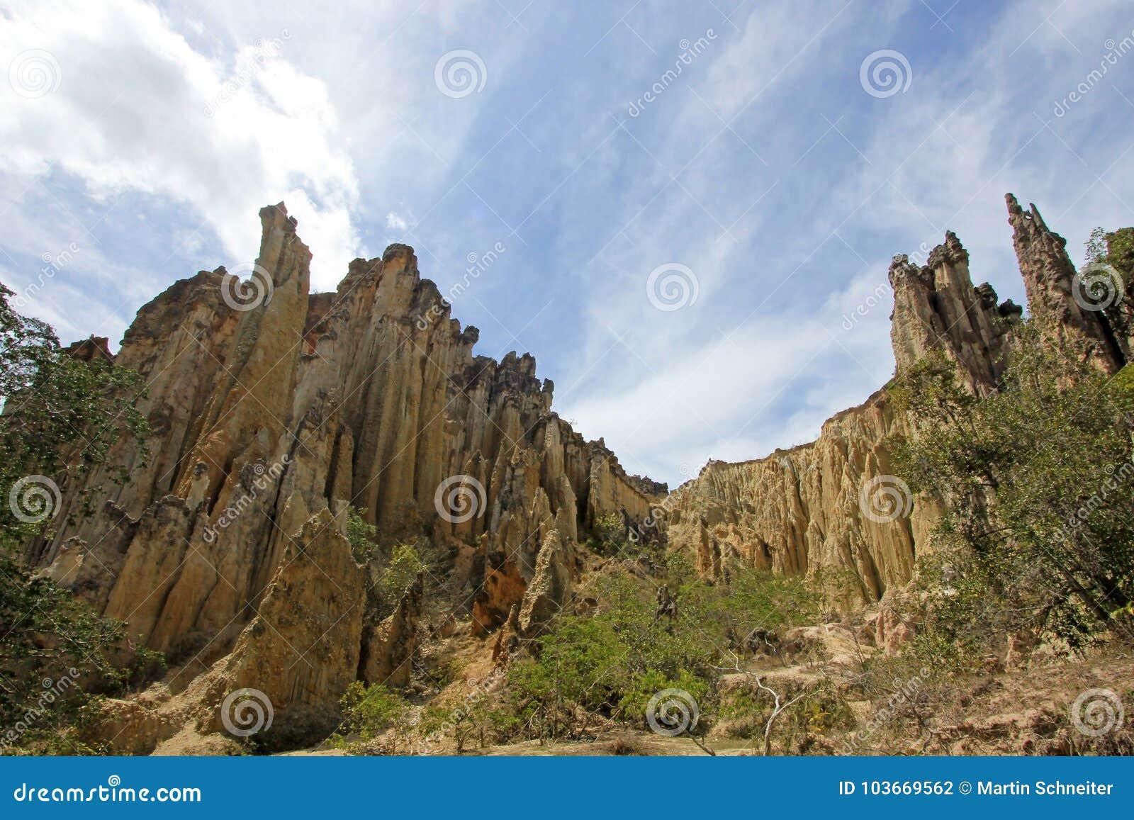 Большие постаменты brownstone и столбцы в зоне Лос Estoraques уникально естественной, Playa De Belen, Колумбия