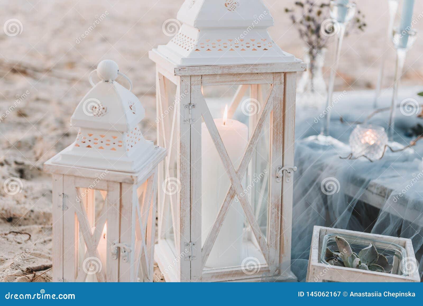Большие свечи рядом с элегантной установкой таблицы в голубых пастеля