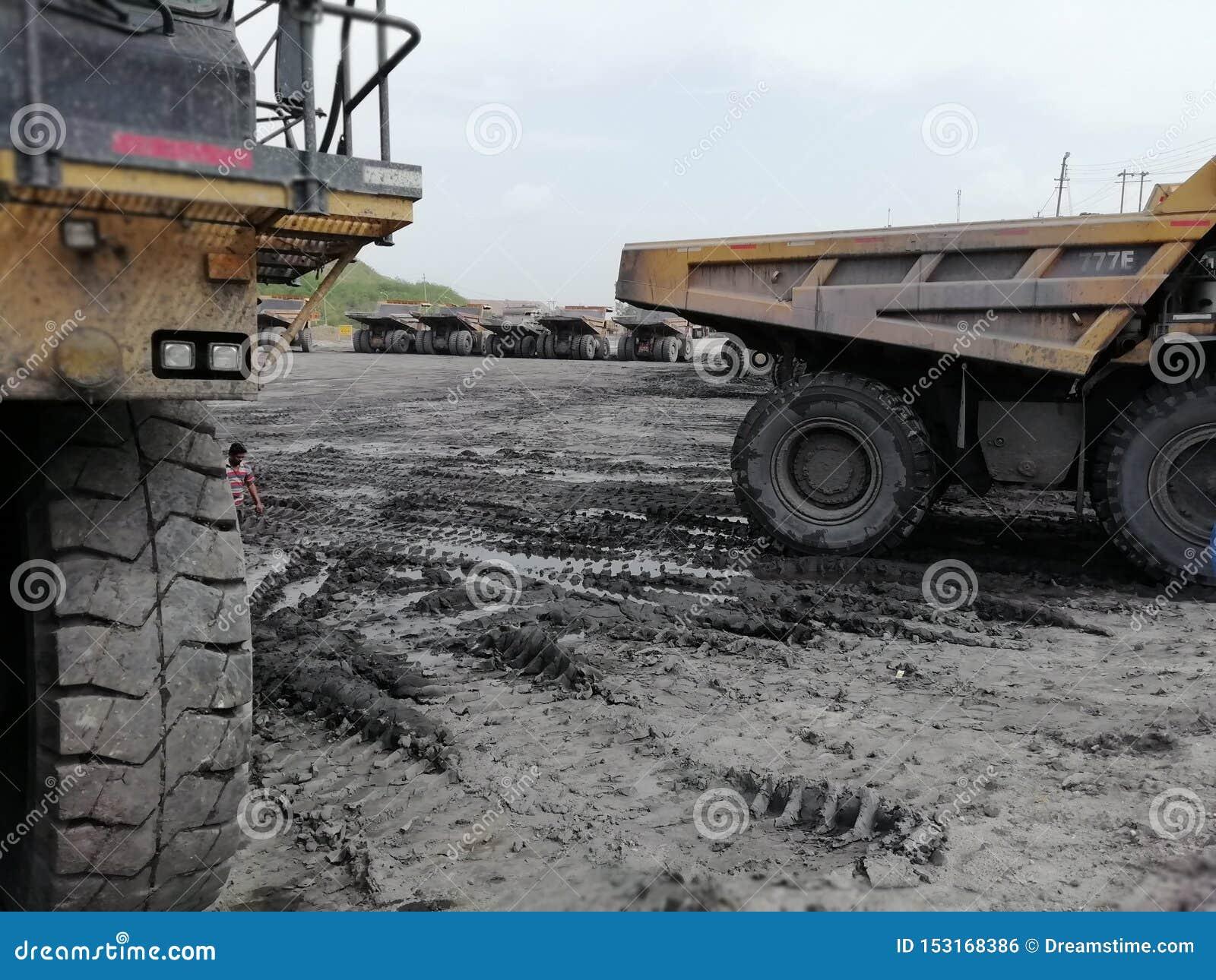 Большие Dumpers на паркуя угольных шахтах двора