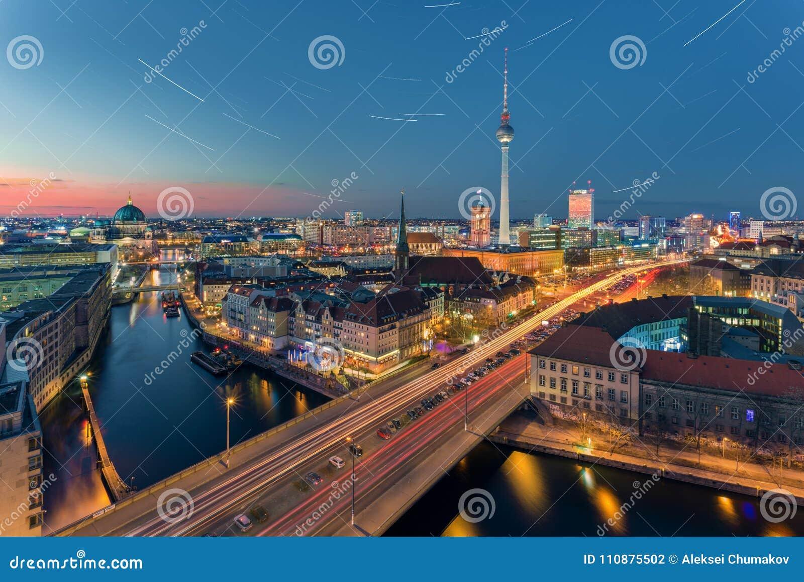 Большинств популярный взгляд панорамы Берлина на ноче с звездами