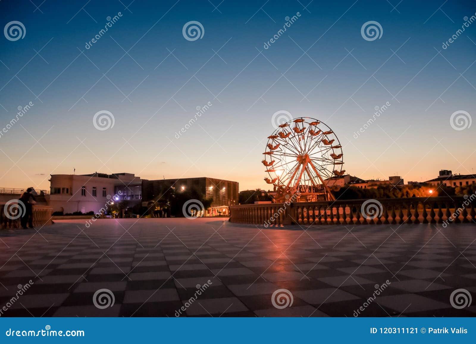 Большое колесо ferris на пляже