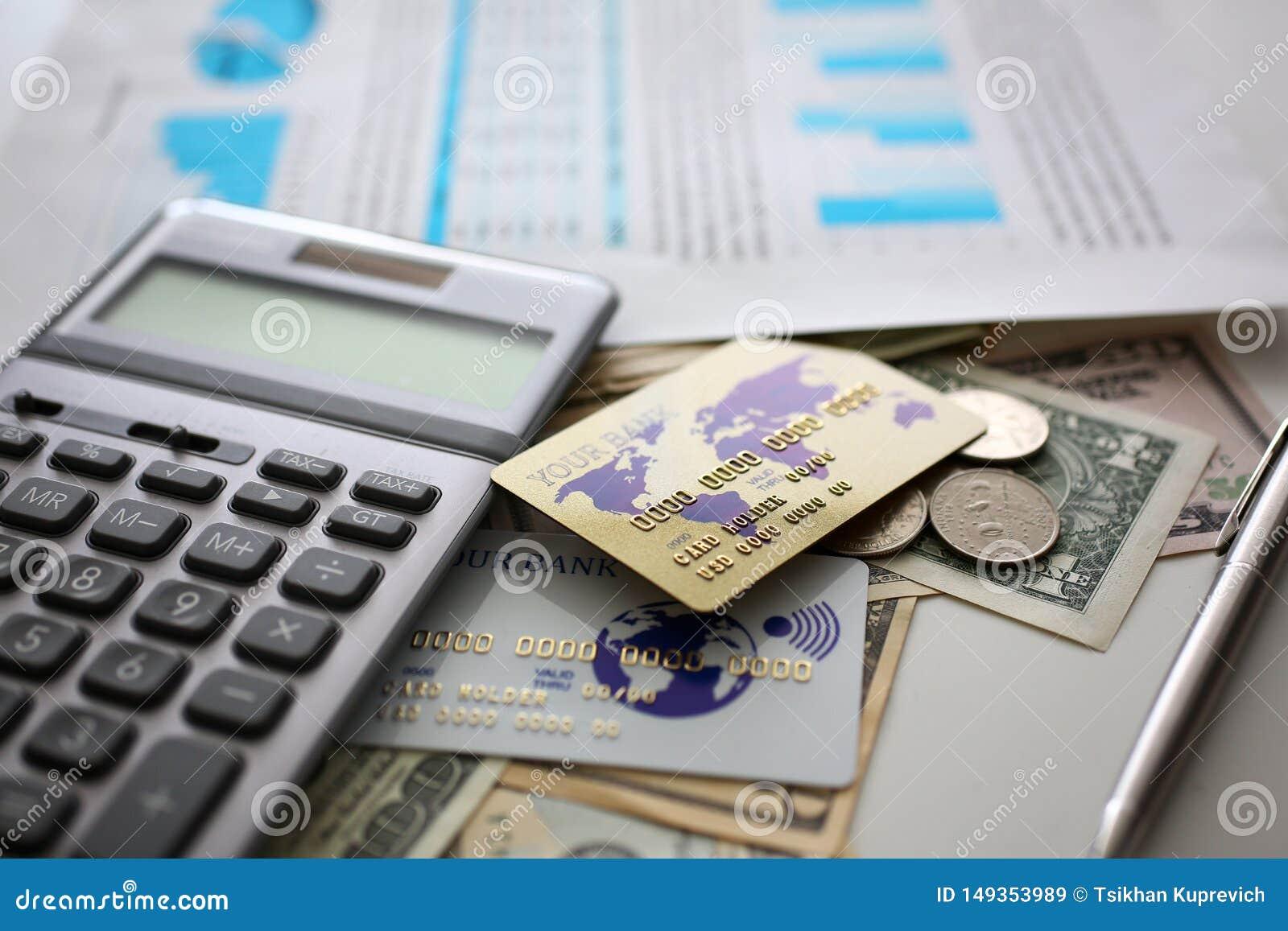 Большое количество валюты и калькулятора США с финансовым документом