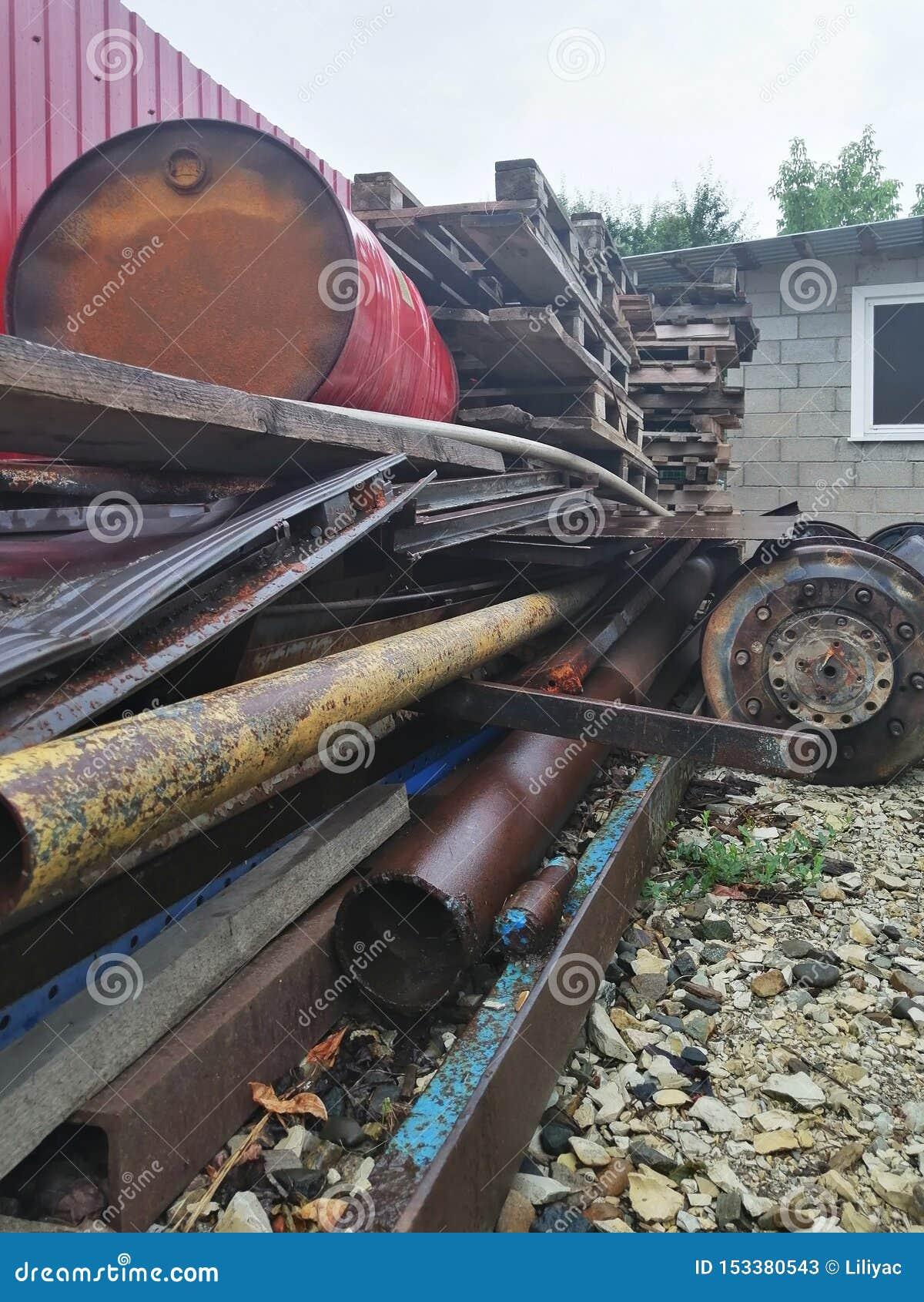 Большое место захоронения отходов металлолома и другого технологического отхода