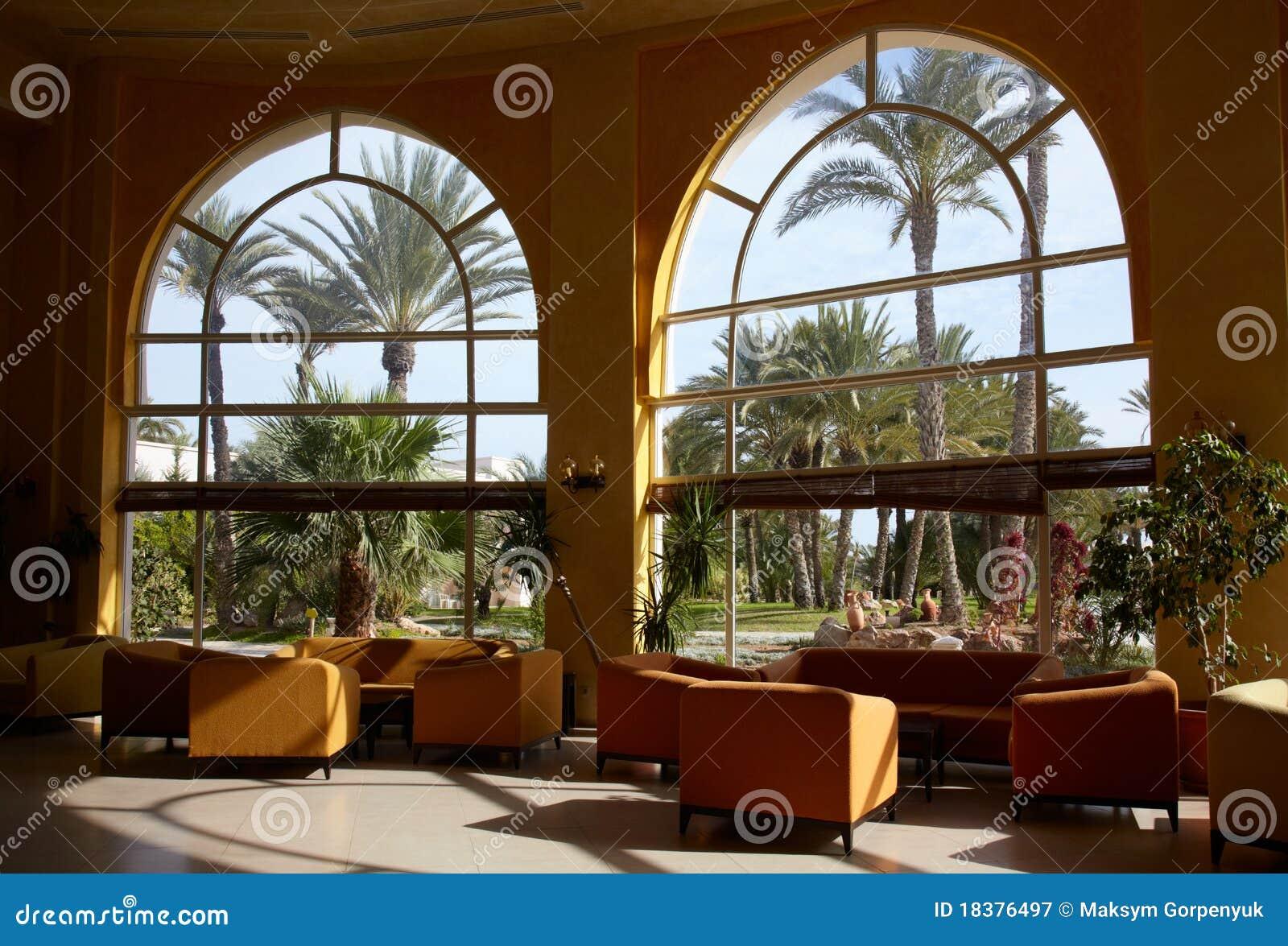 большое окно лобби гостиницы