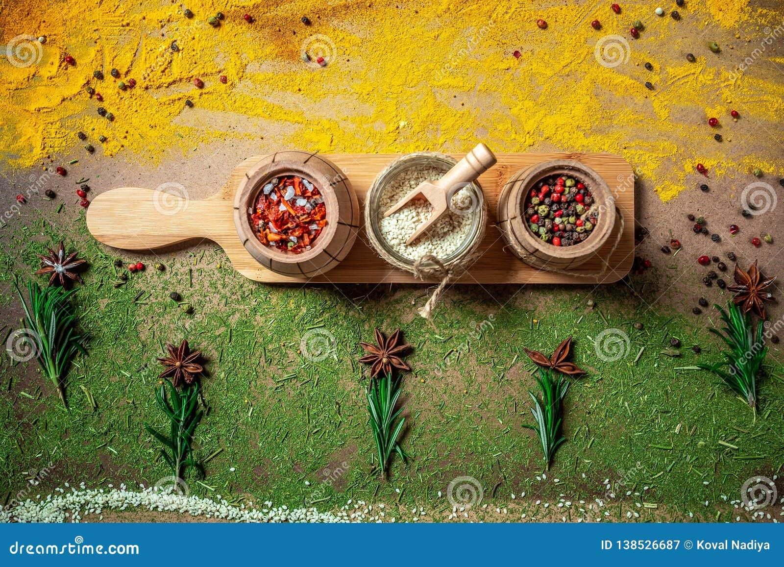 Большой набор индийских специй и трав на деревянной доске Плоское положение скопируйте космос