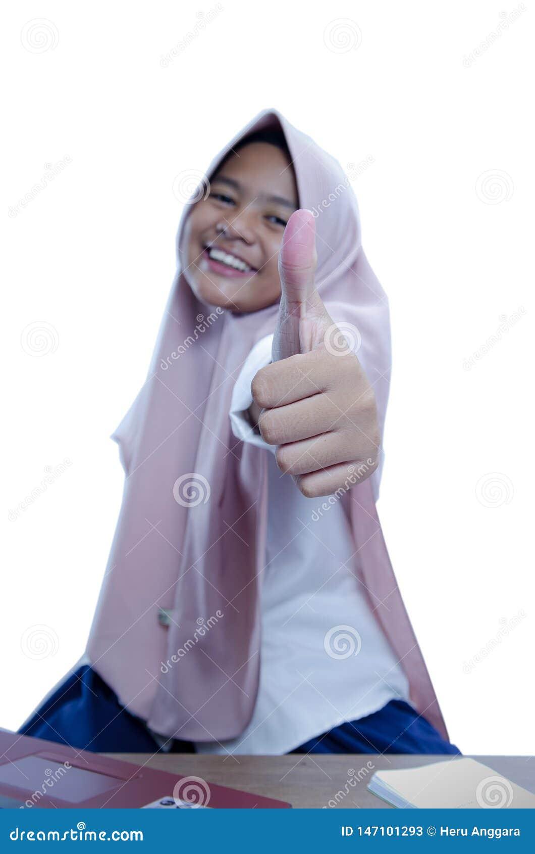 Большой палец руки показа коммерсантки азиата вверх, носящ hijab, конец вверх