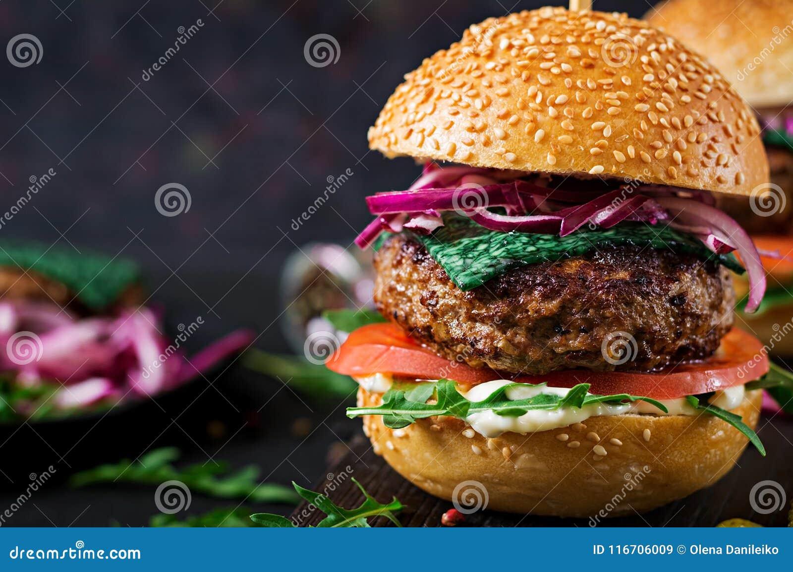 Большой сандвич - бургер гамбургера с говядиной