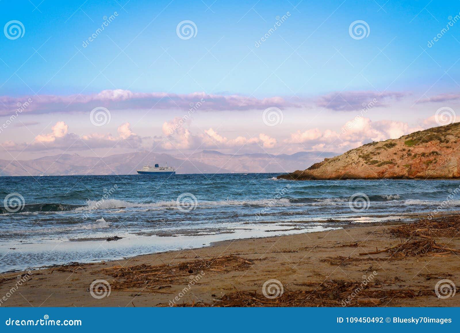 Большой сине-белый корабль парома выходя порт Rafina на зиму d