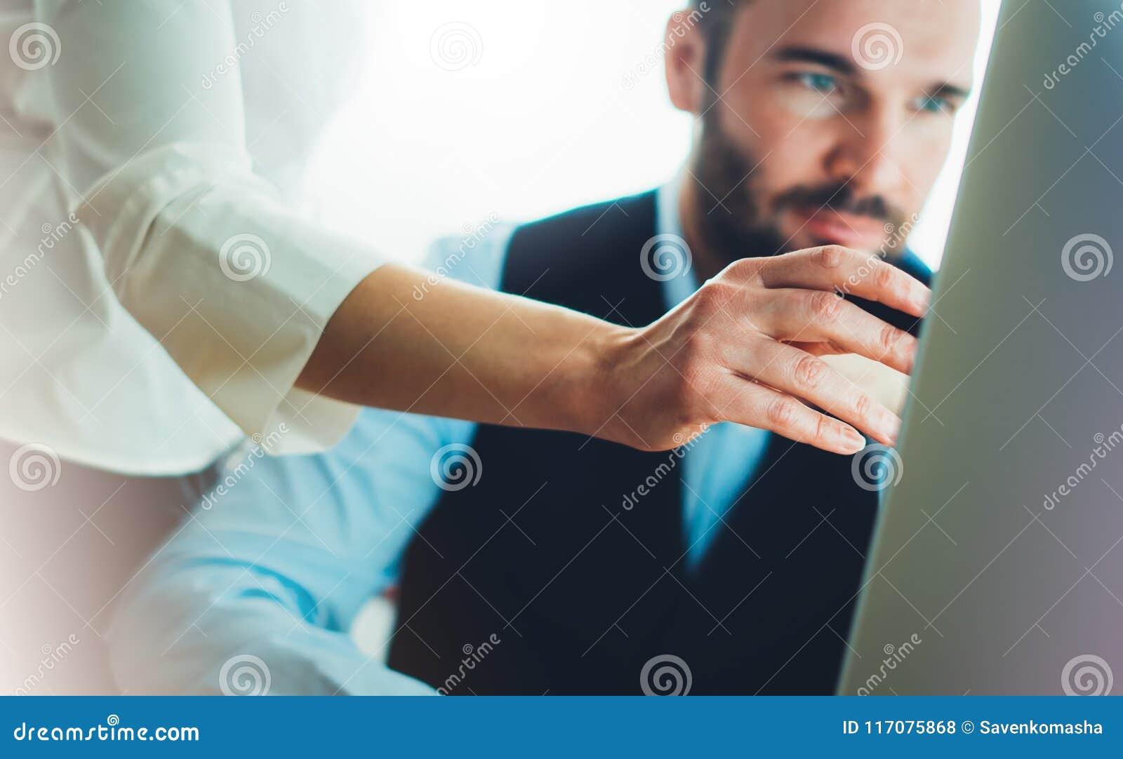 Бородатый молодой бизнесмен работая на офисе Смотреть человека директора думая в компьютере монитора Встречать менеджеров Идея, м