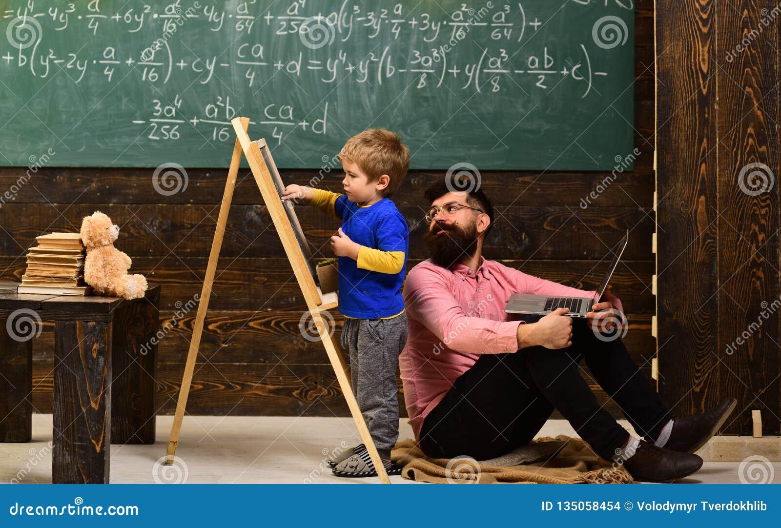 Бородатый человек гувернер или учитель Ребенок дошкольного возраста помощи учителя или гувернера конференция Академичный успех го