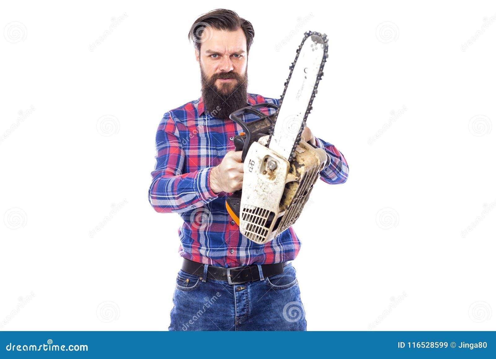 Бородатый человек держа цепную пилу изолированный на белой предпосылке