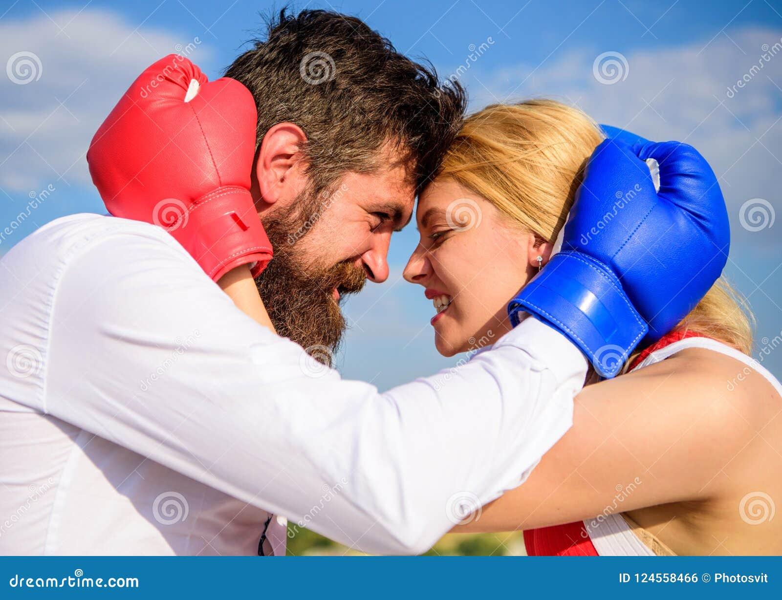 Борода и девушка человека прижимаются счастливое после боя Проблемы счастья и отношения семейной жизни Примирение и компромисс