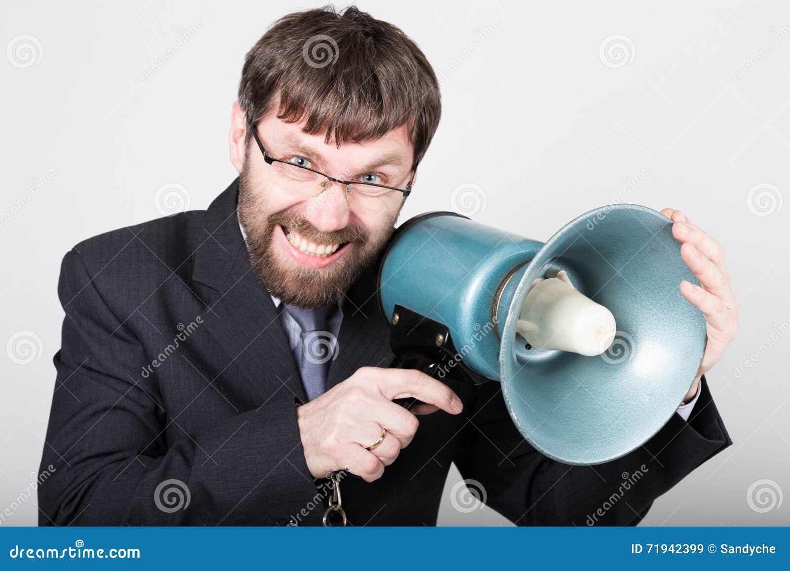 Бородатый бизнесмен выкрикивая через портативный магнитофон Связи с общественностью человек выражает различные эмоции фото детены