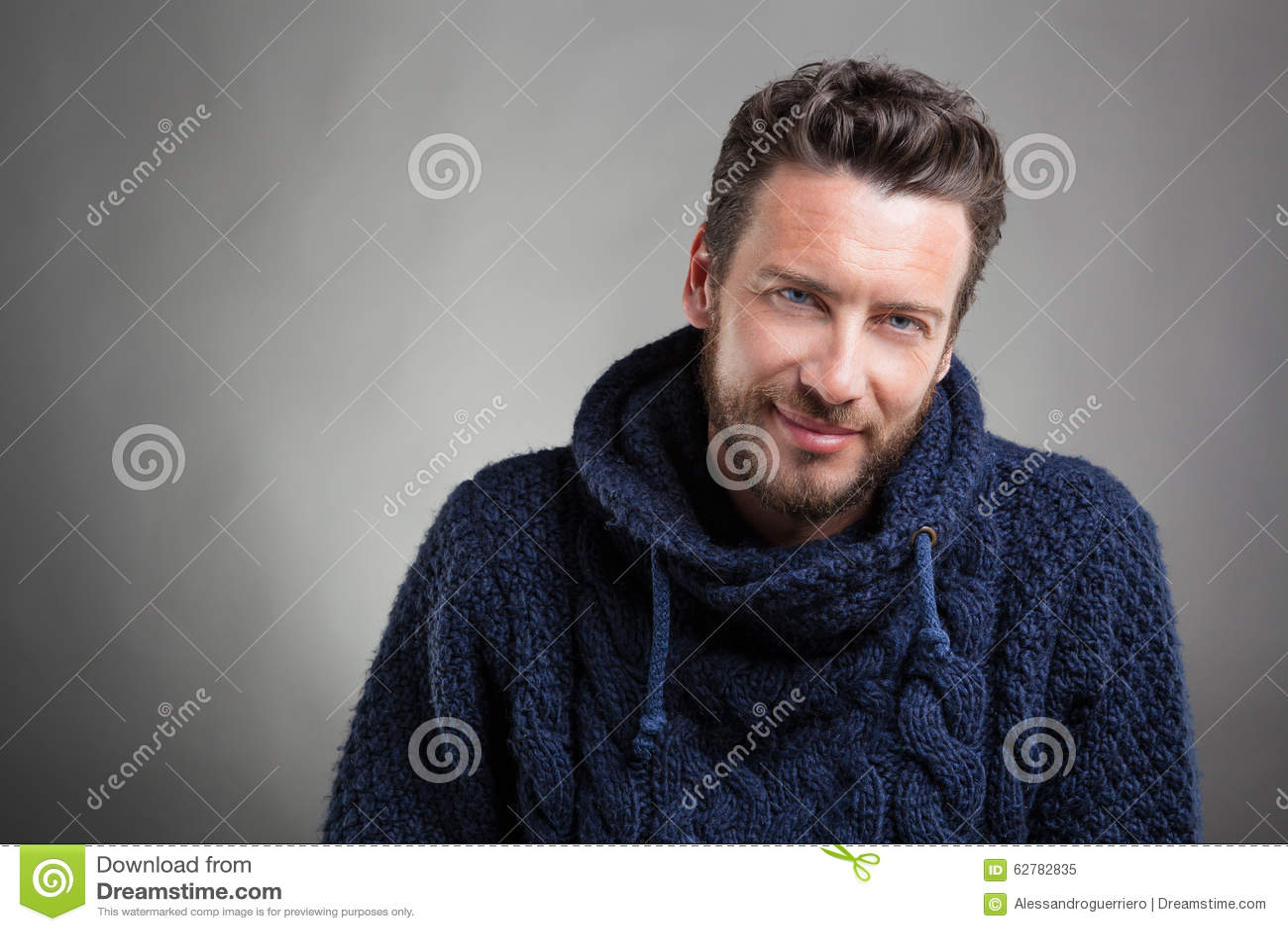Бородатый человек нося голубой свитер