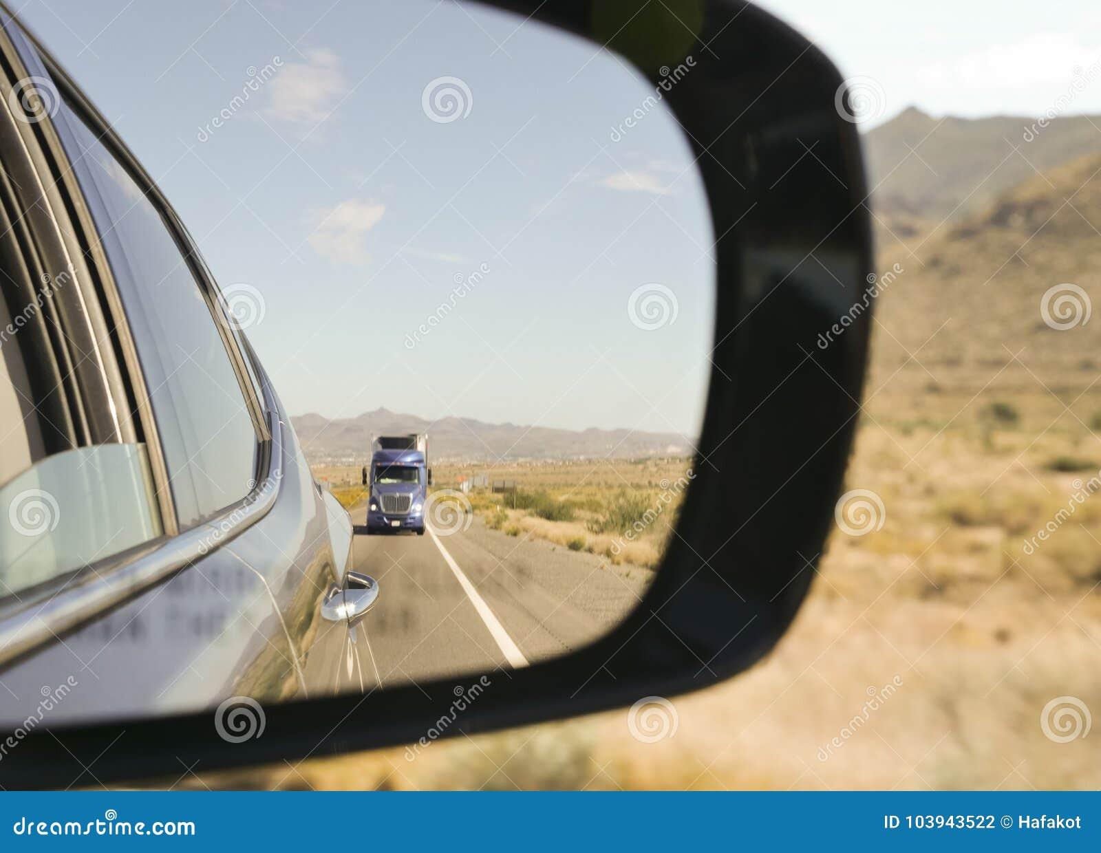 Бортовое зеркало автомобиля в сердце пустыни