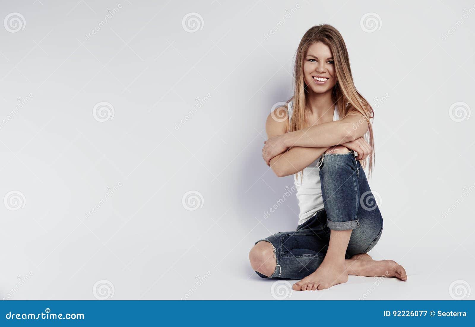 Босоногая женщина над предпосылкой