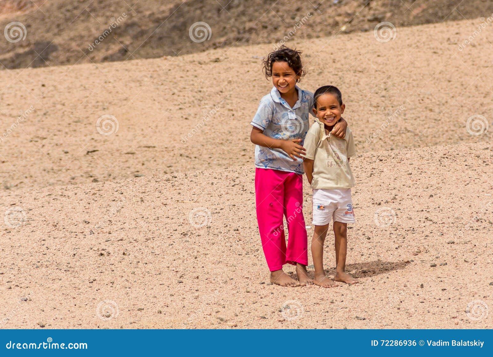 Download Босоногие дети в растрепанных одеждах в деревне бедуина, представляя для фото Редакционное Фото - изображение насчитывающей цвет, тоще: 72286936