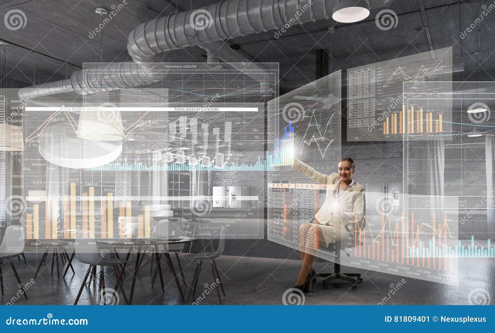 Босс дамы в стуле офиса Мультимедиа
