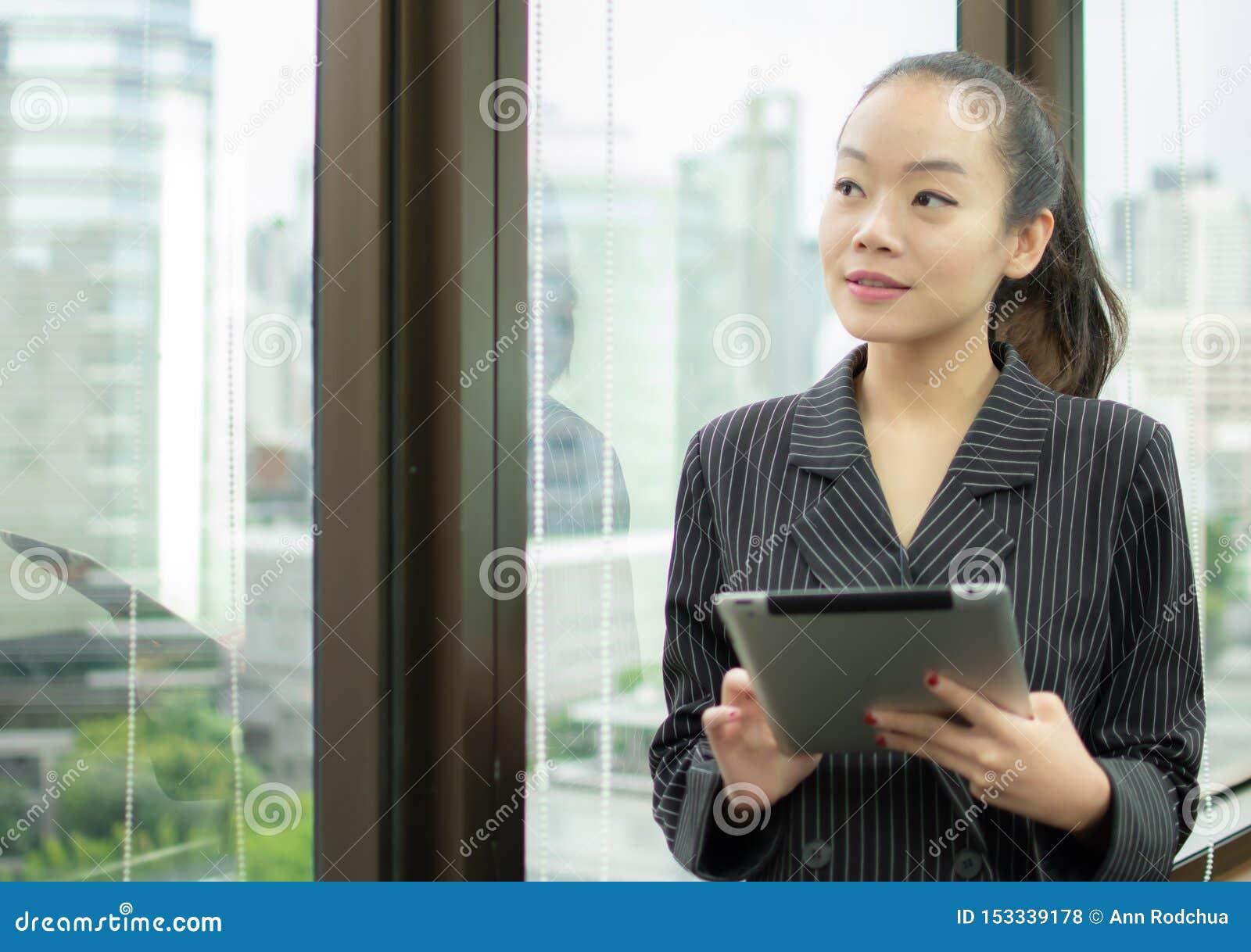 Босс использует планшет и положение около окна