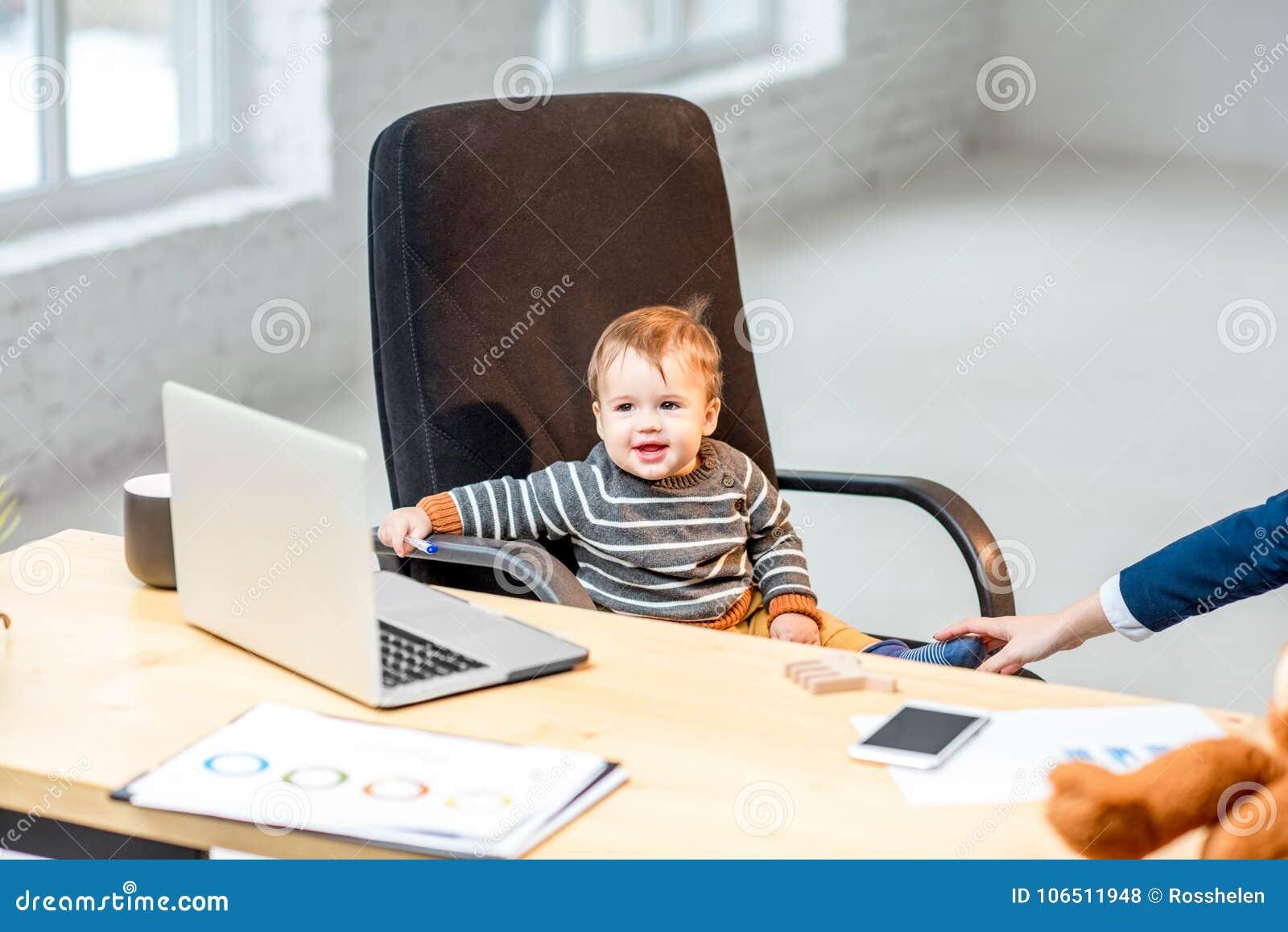 Босс младенца на офисе