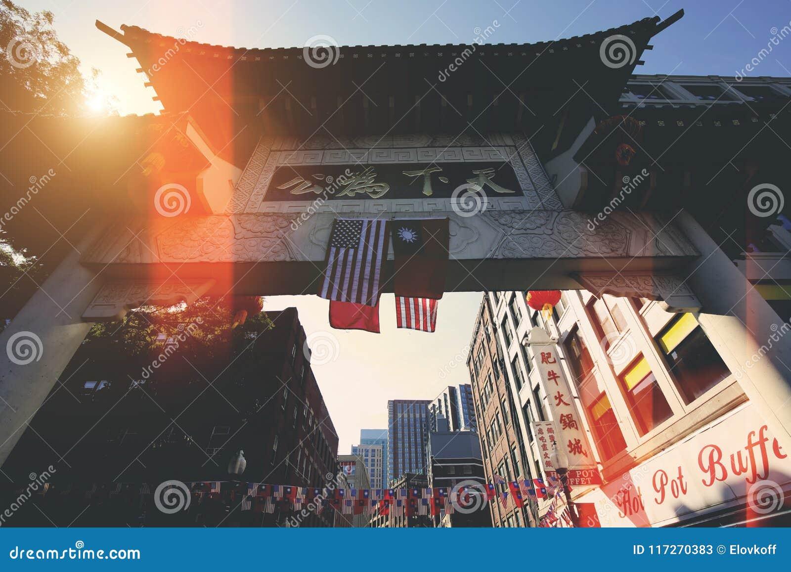 Бостон, улицы Чайна-тауна на ярком солнечном дне