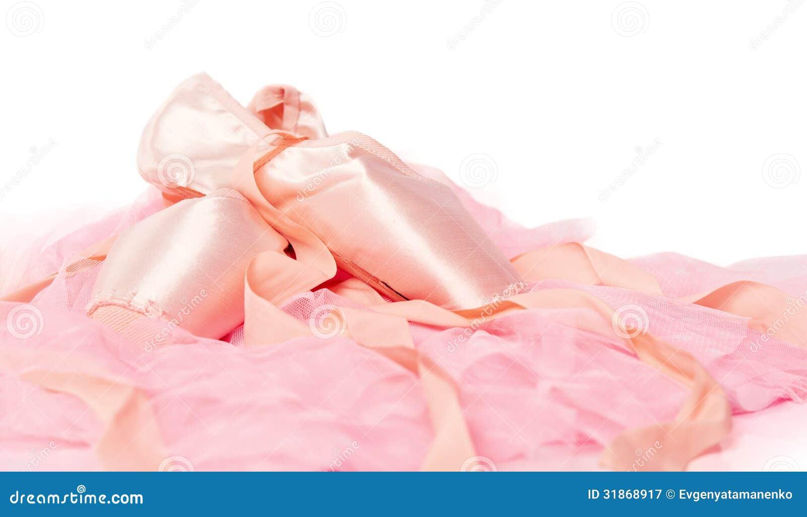 Ботинки балета на розовой изолированной ткани
