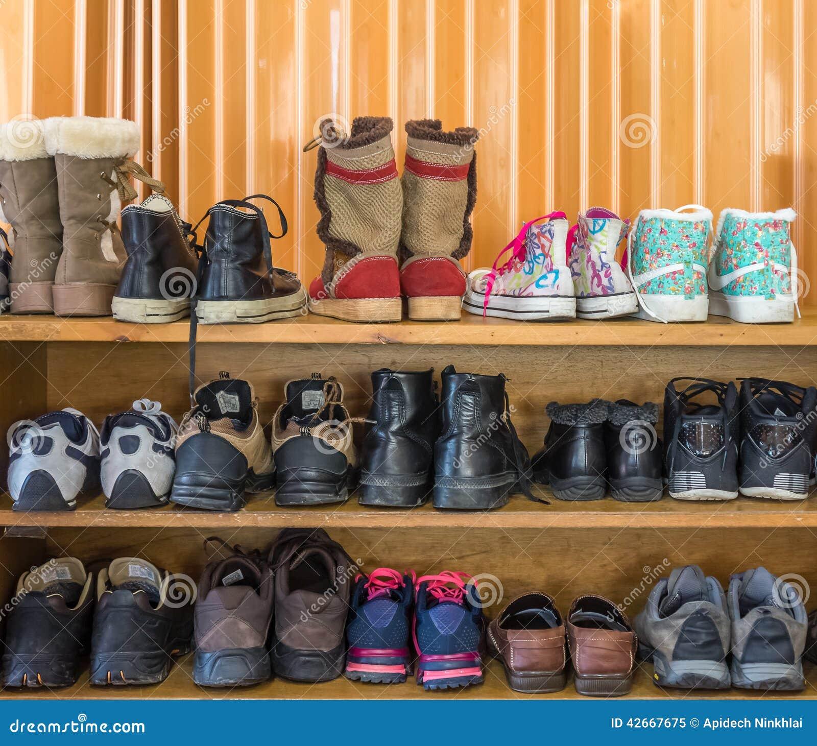 Ботинки на полке в крытом