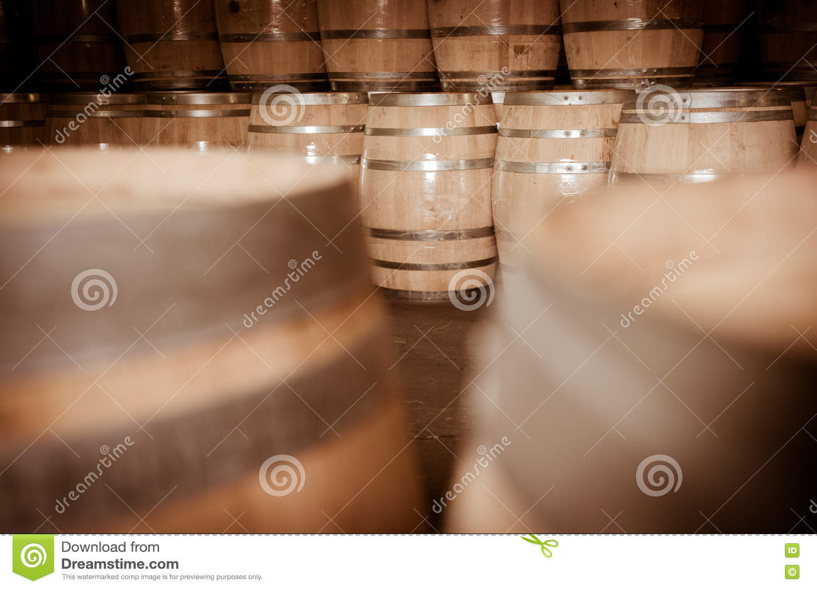 Download Бочонки вина штабелированные в погребе, винограднике Бордо Стоковое Фото - изображение насчитывающей погреб, удерживание: 72292430