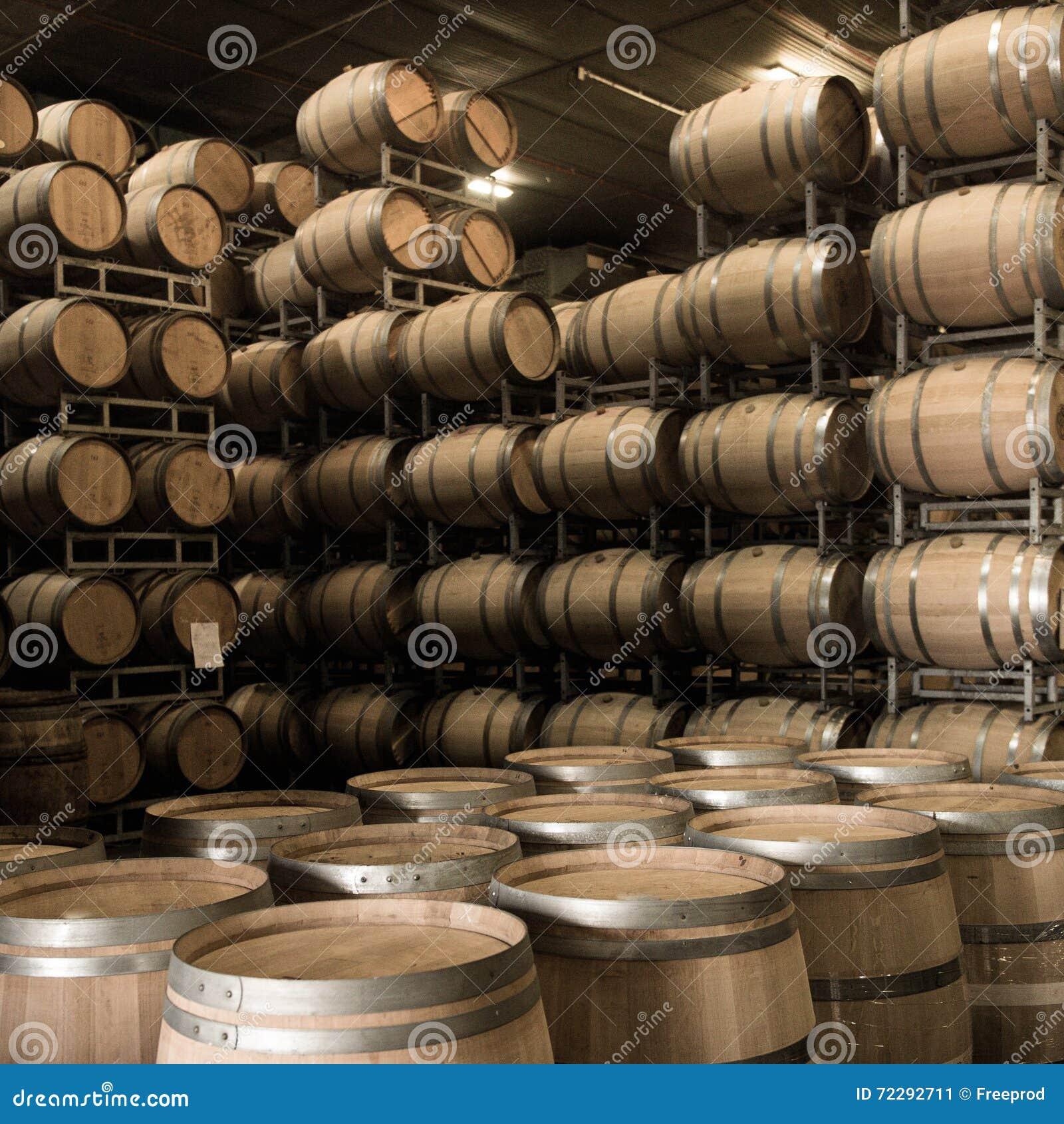 Download Бочонки вина штабелированные в погребе, винограднике Бордо Стоковое Изображение - изображение насчитывающей управление, стекло: 72292711