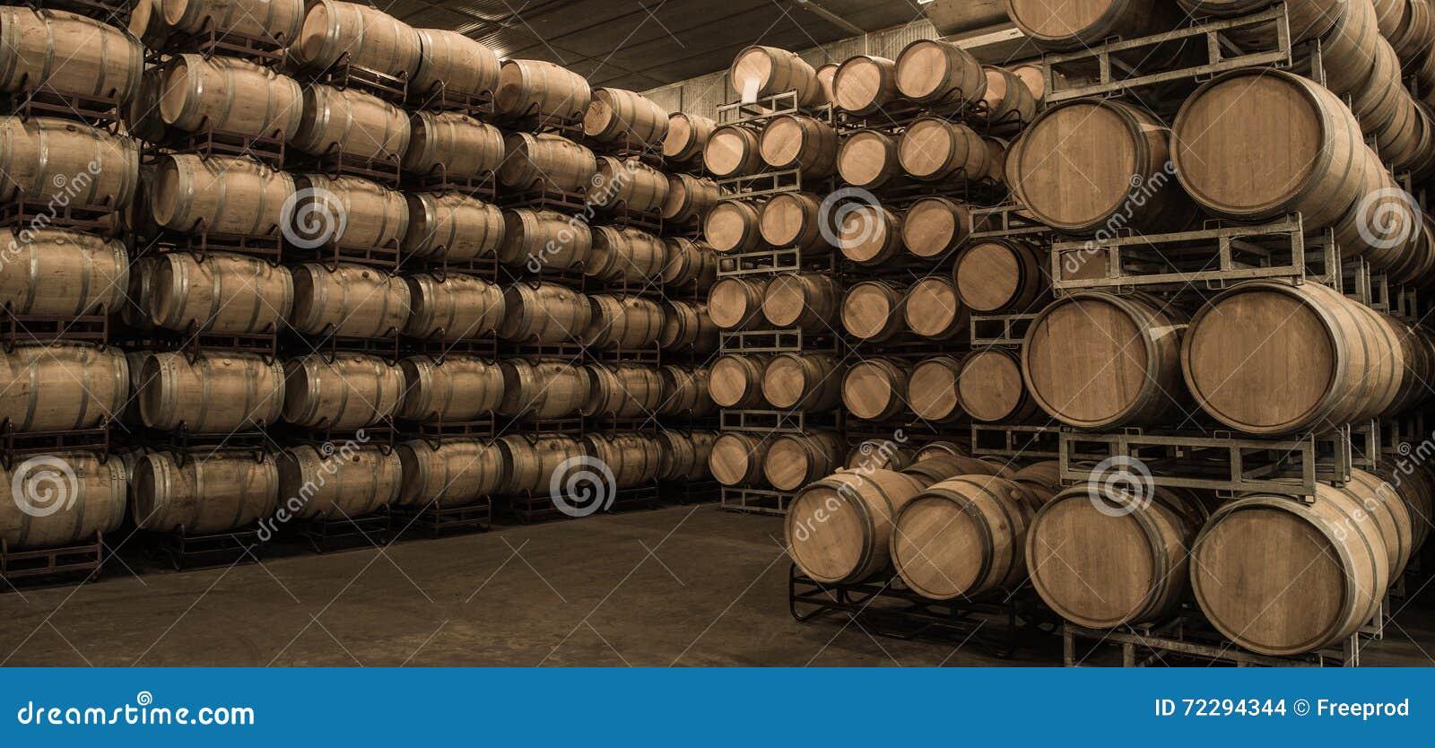 Download Бочонки вина штабелированные в погребе, винограднике Бордо Стоковое Фото - изображение насчитывающей делать, barrette: 72294344
