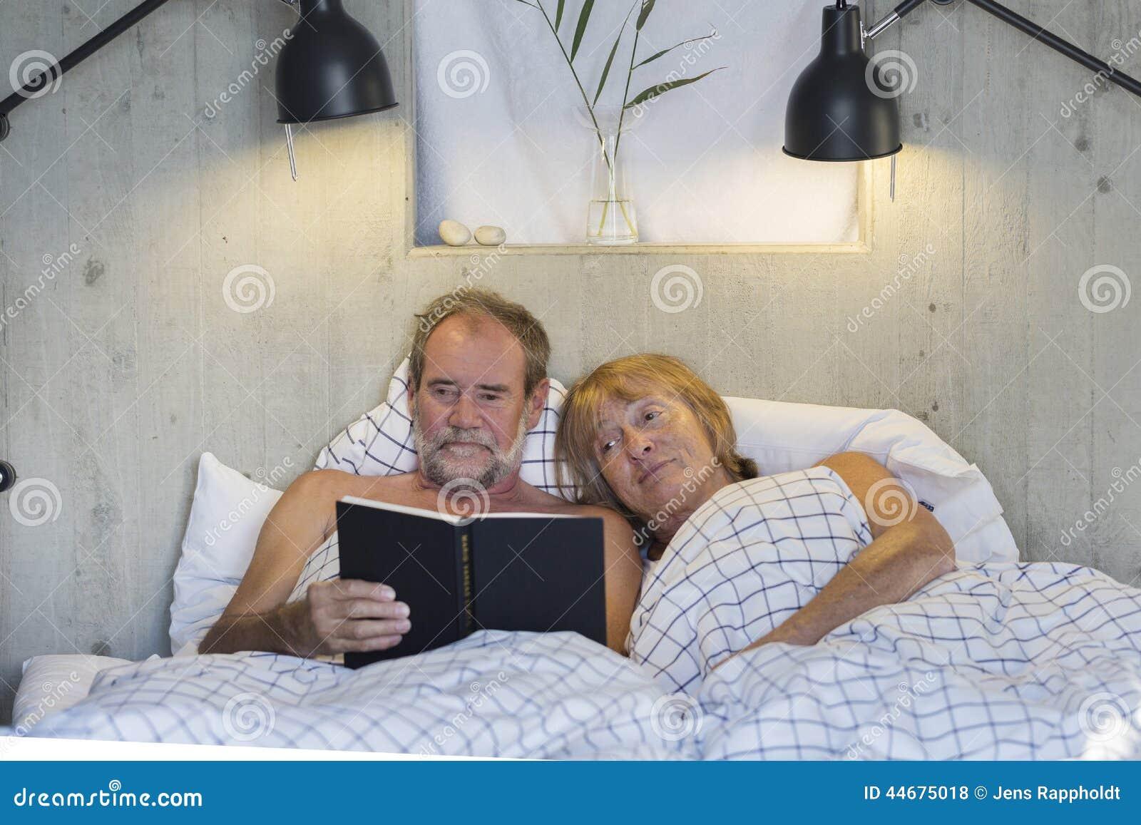 старые пары в постели видео