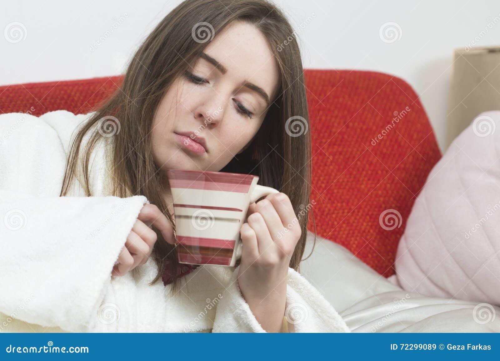 Download Больная предназначенная для подростков девушка с чашкой чаю Стоковое Изображение - изображение насчитывающей шарф, прикрынные: 72299089