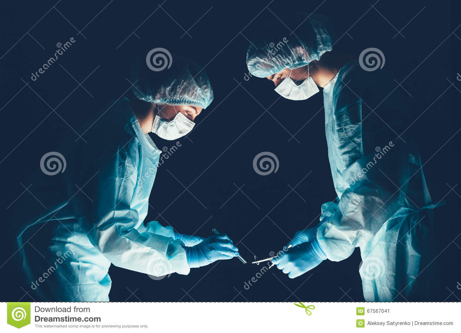 Больница медицинской бригады выполняя деятельность Группа в составе хирург на работе в комнате театра operating Здравоохранение