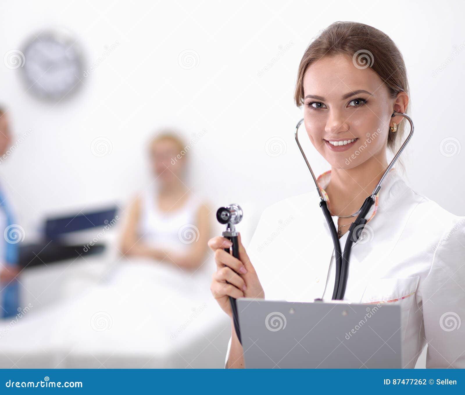 Больница standingat доктора женщины