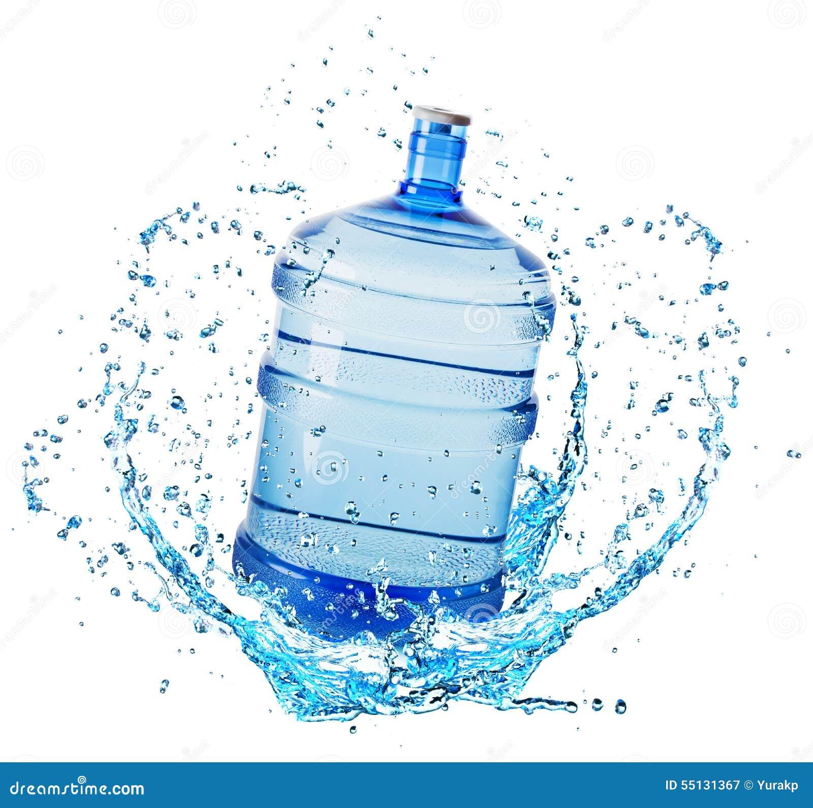 Большая бутылка с водой в выплеске воды изолированном на ...