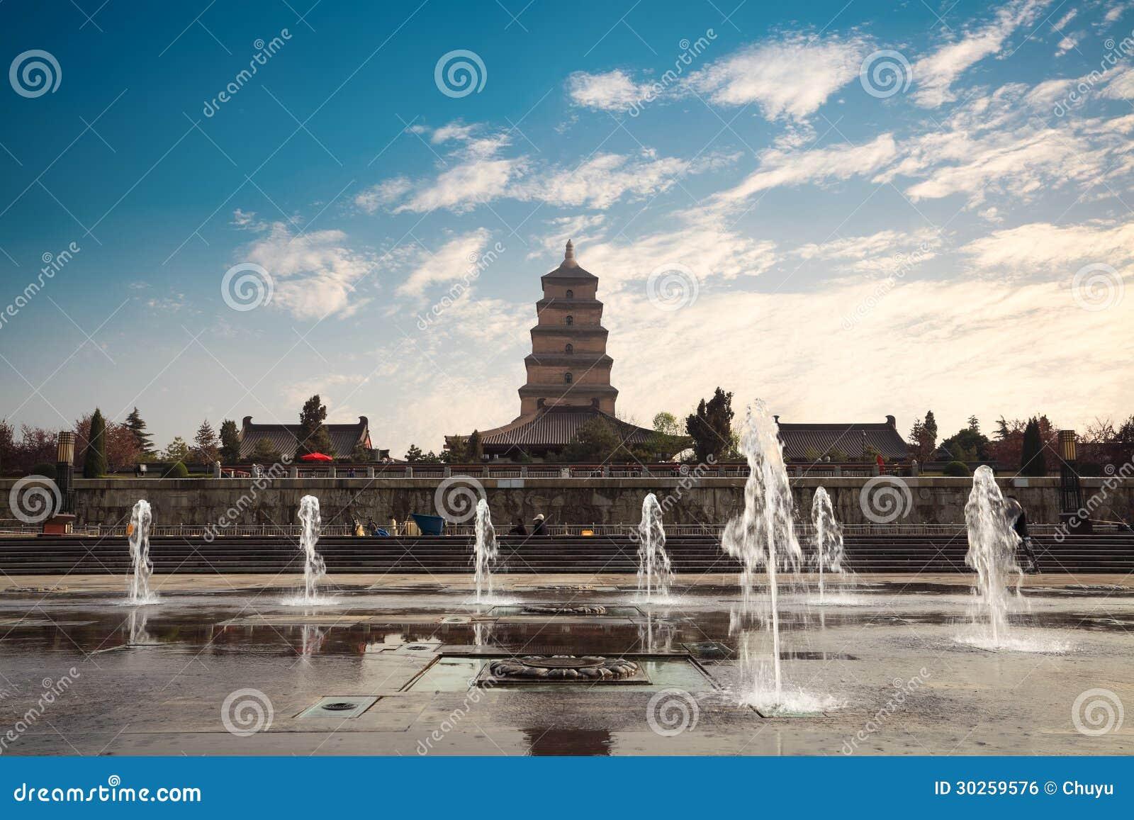 Большая одичалая пагода гусыни с фонтаном