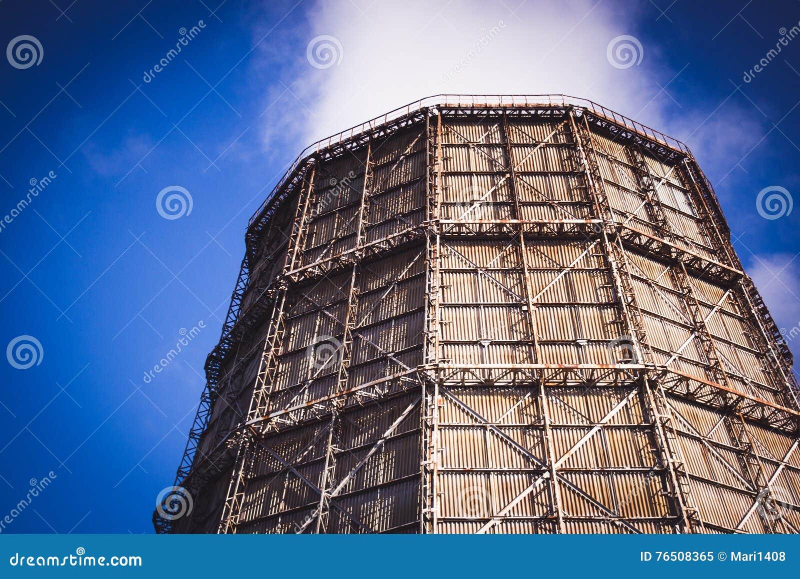 Большая печная труба фабрики шифера