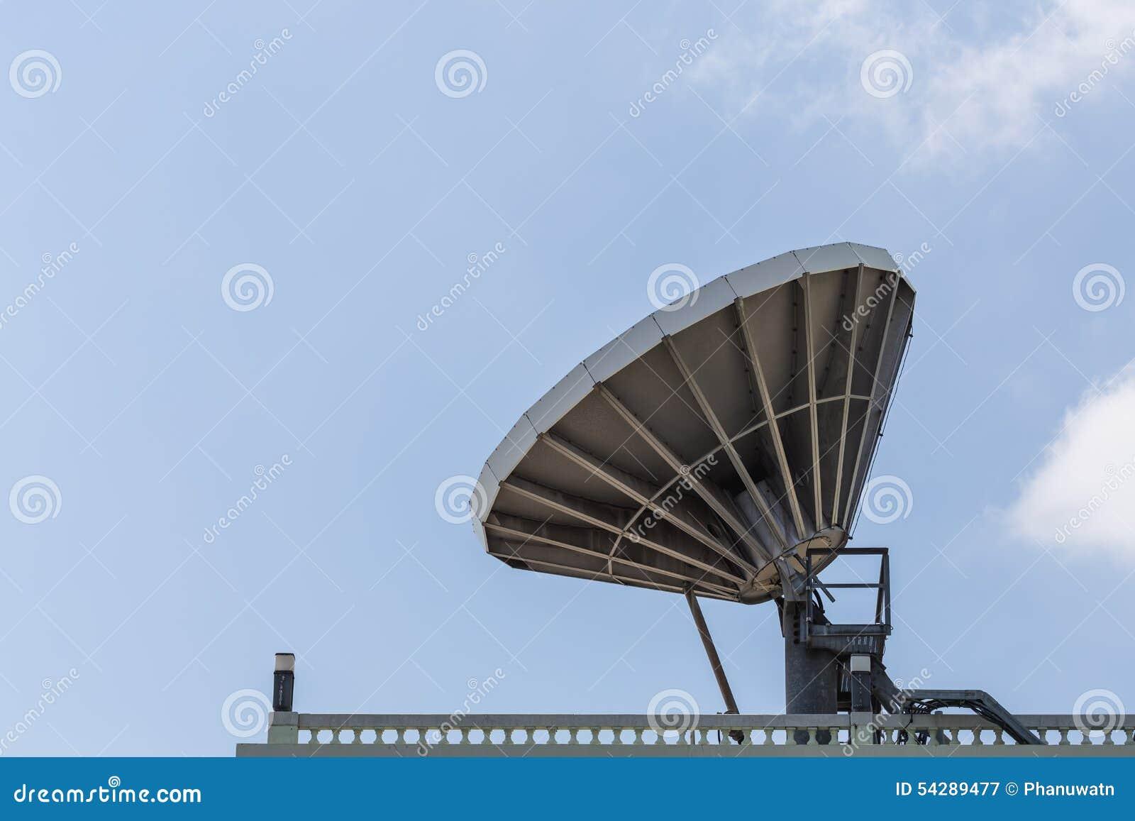 Большая спутниковая антенна-тарелка на крыше