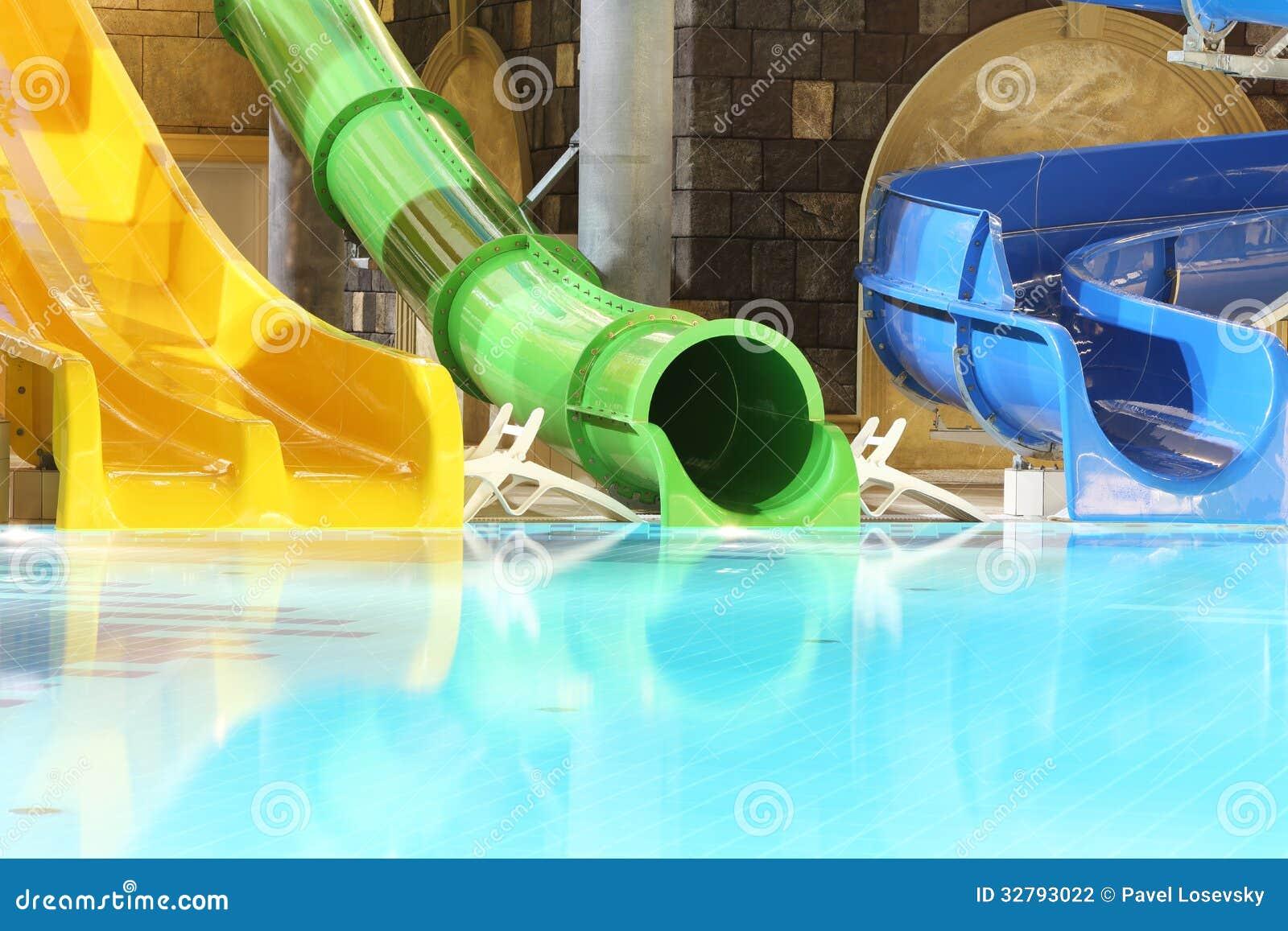 Большие водные горки и бассейн в крытом aquapark