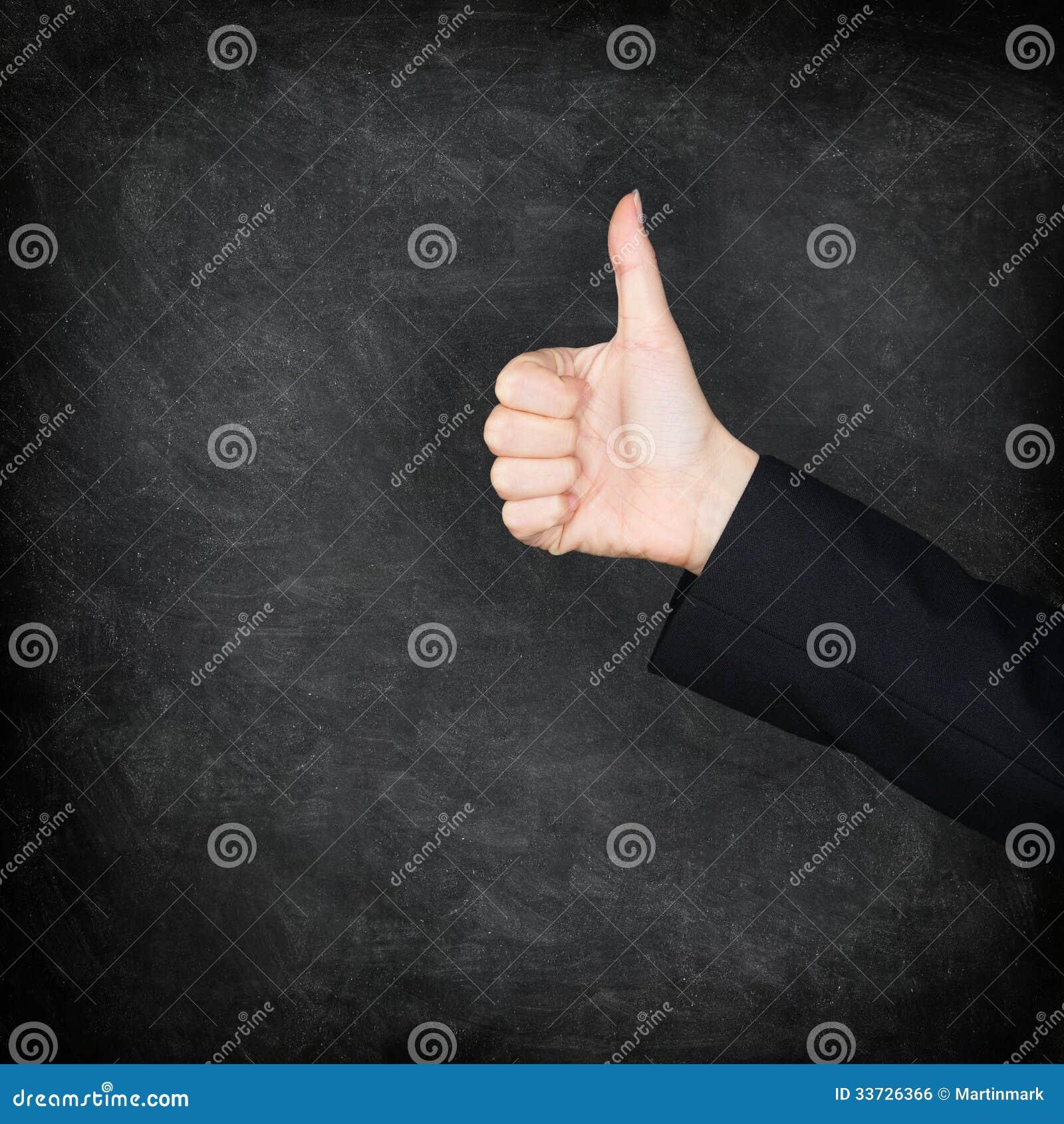 Большие пальцы руки поднимают руку на классн классном/доске