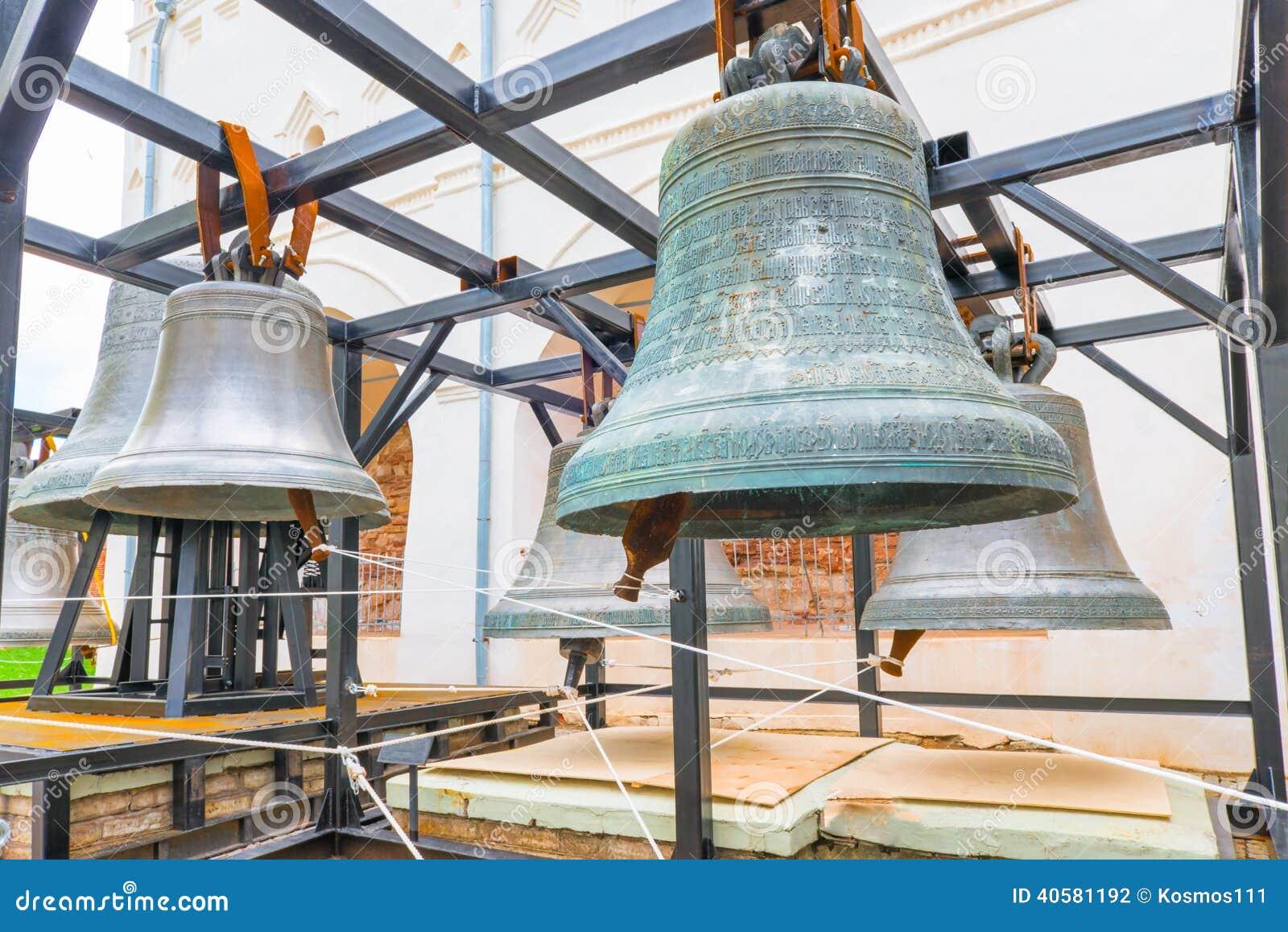 Большие старые церковные колокола