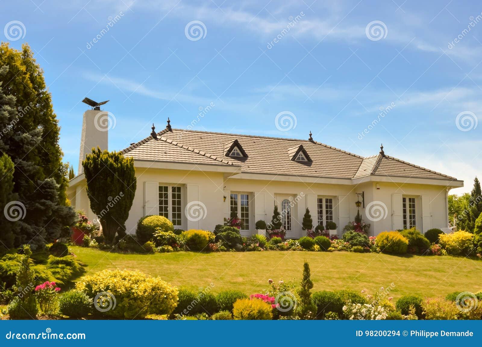 Download Большой Белый Дом с 2 портиками Стоковое Фото - изображение насчитывающей дверь, имущество: 98200294