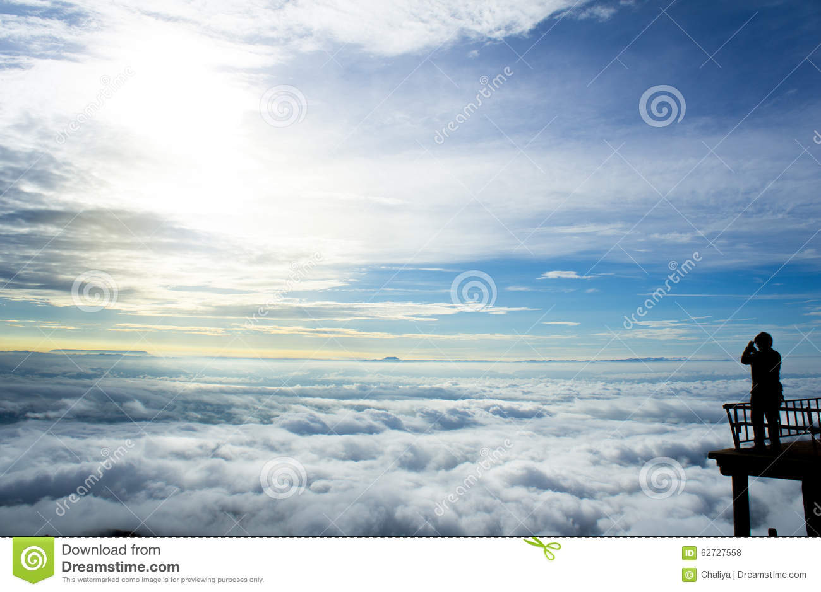 Большой взгляд в тумане утра во время восхода солнца