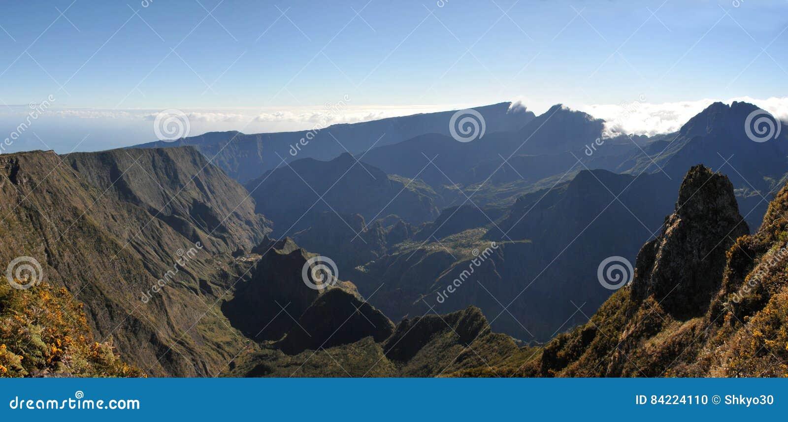 Большой взгляд Silaos Cirque Острова Реюньон в lig утра